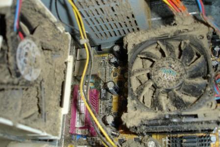 Un ordinateur pleins de poussieres